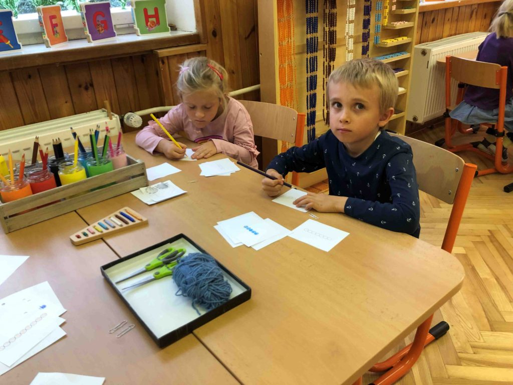 Montessori školička Tvorba knížečky s perlovým materiálem (barevné číselné kódování)